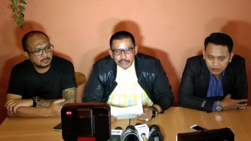 Kakak Dewi Perssik Ditemani kuasa hukum laporkan Meldi ke KPI