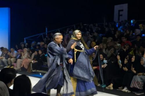 Deden terlihat memainkan gradasi warna dalam Muslim Fashion Festival