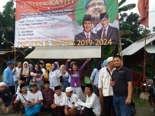 Spanduk ucapan Prabowo-Sandi pasangan presiden terpilih bertebaran di Tangsel. (Hambali/Okezone)