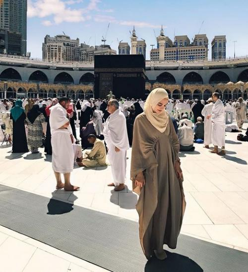 Keseriusan Luna Maya untuk tampil lebih sopan saat berkunjung ke Saudi Arabia