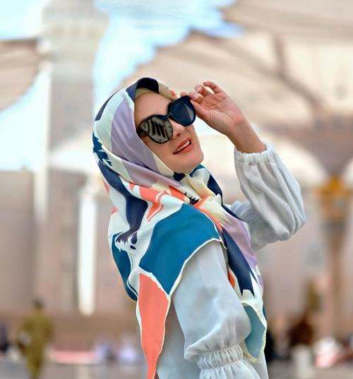 Dengan balutan hijab, pakaian berwarna putih dan kacamata hitam, Luna terlihat sangat cantik.