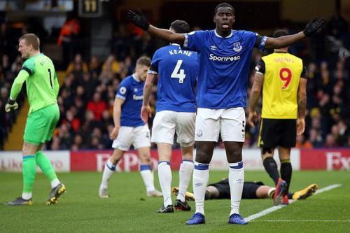 Zouma saat membela Everton