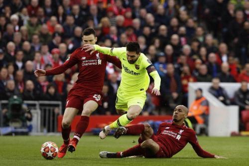 Messi saat dijegal pemain-pemain Liverpool