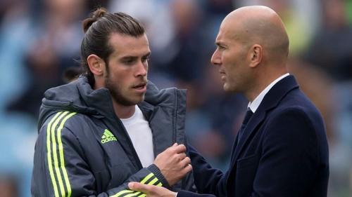 Gareth Bale bersalaman dengan pelatihnya di Madrid, Zinedine Zidane