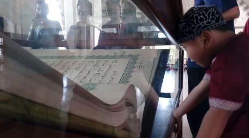Alquran Raksasa di Masjid Raya Makassar