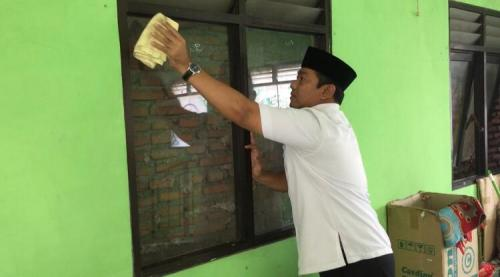 Bersih-bersih masjid di Semarang selama bulan Ramadan. (Foto : Taufik Budi)