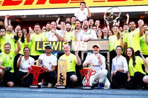 Lewis Hamilton, Valtteri Bottas, dan para kru Mercedes