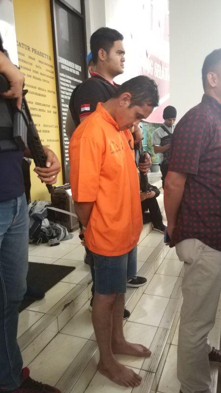 Pelaku Pembunuhan Wanita Bugil di Apartemen Habitat, Karawaci, Tangerang (foto: Hambali/Okezone)