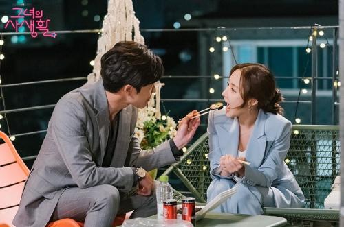 Kim Jae Wook dan Park Min Young dalam Her Private Life.