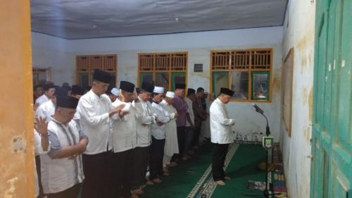 Gubernur Bengkulu salat berjamaah dengan warga Desa Genting, Kabupaten Bengkulu Tengah, Bengkulu (foto: Demon F)