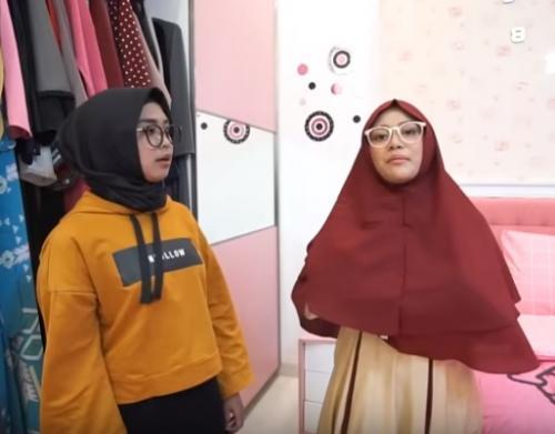 Lebih cantik lagi ketika Aurel Hermansyah memakai jilbab instan maroon, kemudian dipadukan dengan gamis beige.