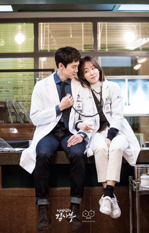 Seo Hyun Jin dan Yoo Yeon Seok dalam drama Romantic Doctor Kim.