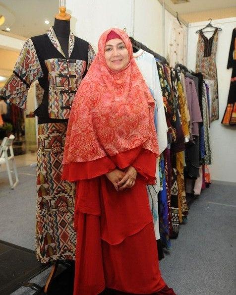 eva arnaz pakai hijab oranye