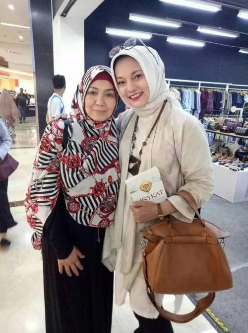 eva arnaz pakai hijab semakin cantik