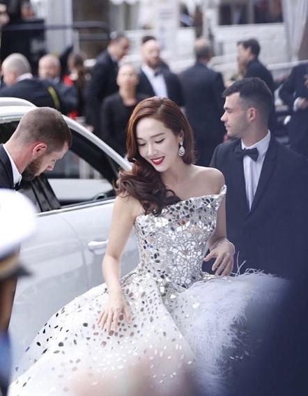 Jessica Jung tampil dramatis dengan gaun putih dan perhiasan Chopard dalam pembukaan Festival Film Cannes. (FotoL Instagram)
