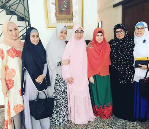 eva arnaz memakai hijab jadi semakin cantik