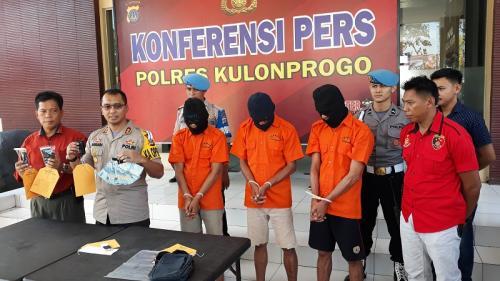 Polres Kulonprogo konferensi pers terkait penangkapan 3 pelaku pencurian uang Rp505 juta dengan modus kempis ban di Mapolres Kulonprogo DIY, Kamis (16/5/2019). (Kuntadi)