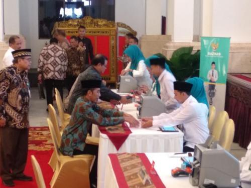 Jokowi Bayar Zakat Mal