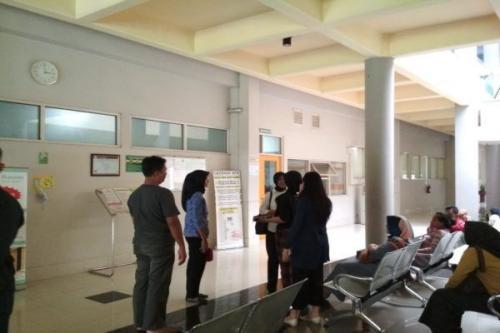 Teman dan kerabat menjenguk Kasatreskrim Polres Wonogiri AKP Aditia Mulya Ramdhani yang dirawat di RS dr. Oen Solo Baru, Sukoharjo (Solopos /Indah Septiyaning W)