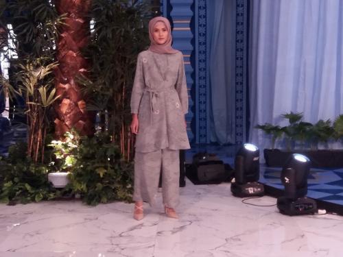 Perempuan memakai baju muslim