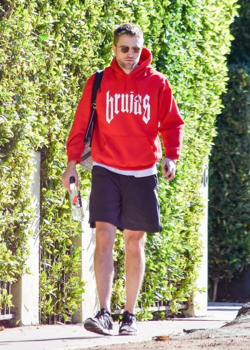 Robert Pattinson pakai hoodie merah