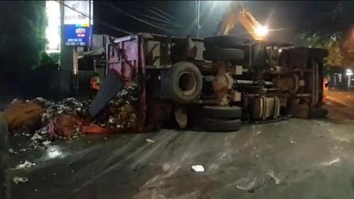(Petugas UPST TPST Bantargebang Evakuasi Sampah yang berserakan. Foto: Wijayakusuma/Okezone)