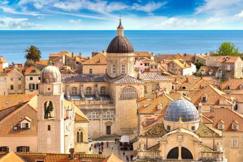 Kota Dubrovnik yang terletak di Kroasia merupakan salah satu lokasi utama pengambilan gambar dari Kings Landing.