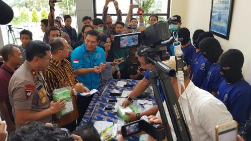 Konferensi pers mengenai 7 kg sabu dan ribuan ekstasi yang diamankan di Bangka Belitung, Kantor BNNP Babel, Jumat (17/5/2019). (Arsan Mailanto/Okezone)