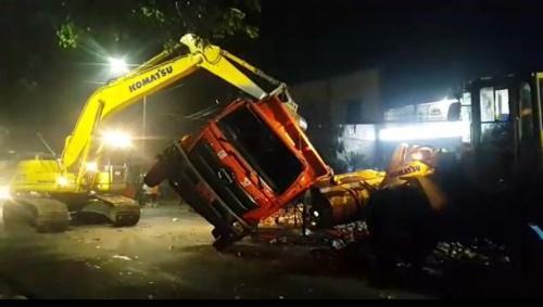 Petugas UPST TPST Bantargebang evakuasi sampah yang berserakan. (Foto: Wijayakusuma/Okezone)