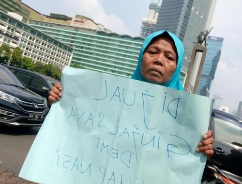 Perempuan berkulit gelap ini datang ke Jakarta dari Karawang, Jawa Barat sejak pukul 07.00 WIB.