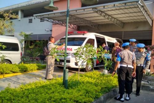 Pemindahan mantan Kasatreskrim Polres Wonogiri AKP Aditia Mulya Ramdhani ke Singapore General Hospital (SGH) dijaga ketat aparat kepolisian, (foto: Solopos/Indah Septiyaning W.)