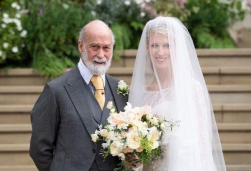 Untuk urusan aksesoris, Lady Gabriella mengenakan tiara berlian milik sang nenek, Putri Marina dari Yunani.