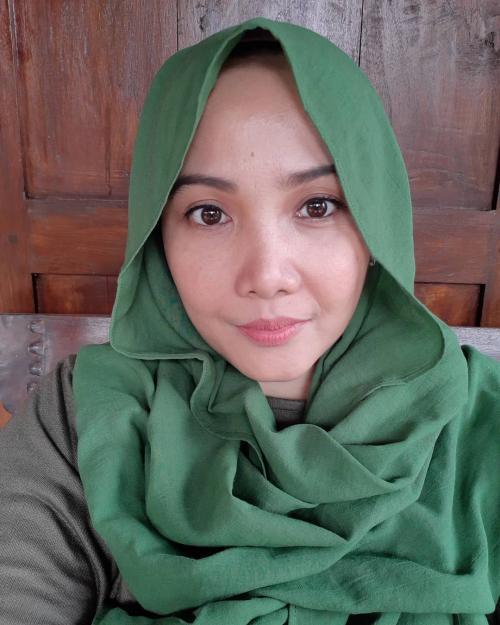 Mira Zayra awet muda dengan hijab hijau