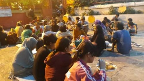 Suasana berbuka di wihara. (BBC Indonesia)