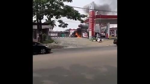 Truk tangki terbakar di SPBU Ciater Tangsel. (Ist)