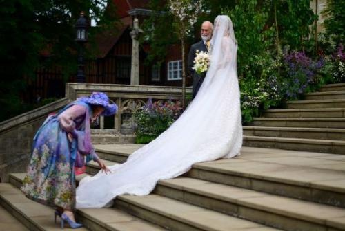 Lady Gabriella tampil menawan mengenakan gaun pengantin bernuansa putih dan merah muda karya Luisa Beccaria.