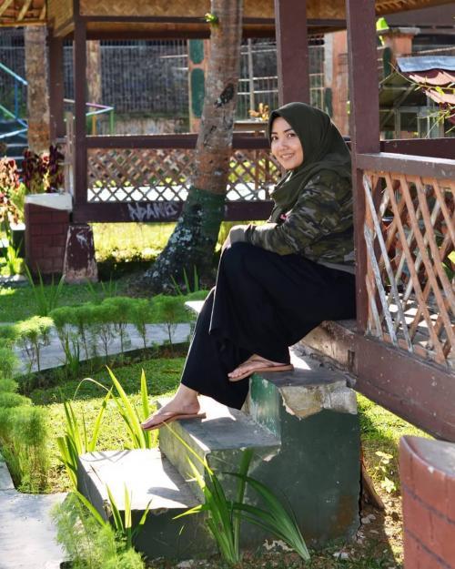 Mira Zayra awet muda pakai hijab hitam