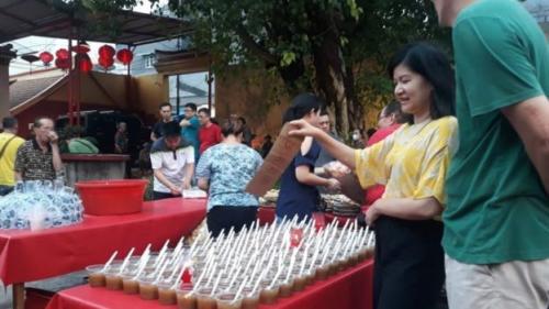 Makanan sebanyak 300 porsi per hari dibeli dari warteg-warteg sekitar wihara. (BBC Indonesia)