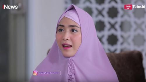 Divonis sulit memiliki keturunan, April Jasmine sempat meminta sang suami Ustadz Solmed untuk menikah kembali. (Foto: YouTube/Alvin & Friends)