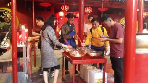 Sejumlah umat beribadah seperti biasa saat yang lainnya menyiapkan makanan berbuka puasa. (BBC Indonesia)