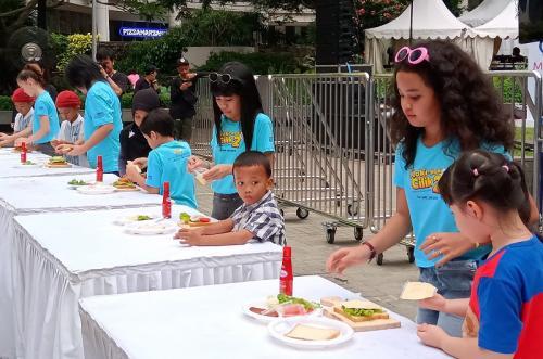 Dalam event meet and greet Sasa Street Food Festival, para bintang Koki-Koki Cilik 2 mempertontonkan kemampuan mereka memasak. (Foto: Okezone/Adiyoga Priambodo)