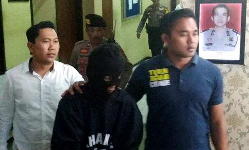 Sugeng Santoso, pelaku mutilasi, saat rilis pengungkapan kasus di Mapolres Malang Kota. (Foto : Avirista Midaada/Okezone)