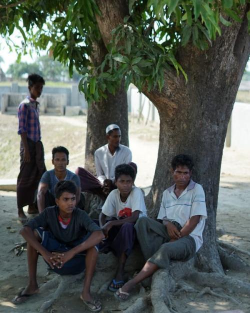 Para Pria Dewasa Etnis Rohingya Menanti Saat Berbuka Puasa