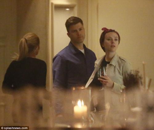 Setelah berpacaran selama 2 tahun, Scarlett Johansson dan Colin Jost resmi bertunangan. (Foto: Splash News)