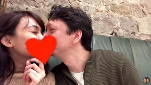 Dalam vlog terbaru mereka di YouTube, Rina Nose dan Josscy saling memberikan kecupan mesra. (Foto: YouTube/Rina Josscy)