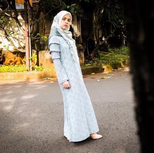 Perempuan memakai hijab