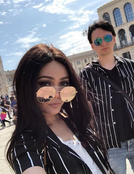 Kemesraan Rina Nose dan sang tunangan kerap mendapat cibiran netizen. (Foto: Instagram/@rinanose16)