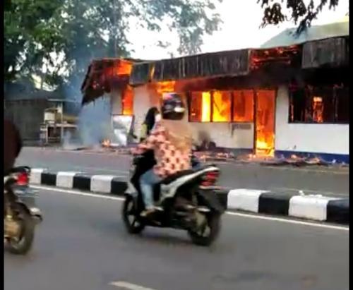 Pos Polisi di Pontianak Dibakar