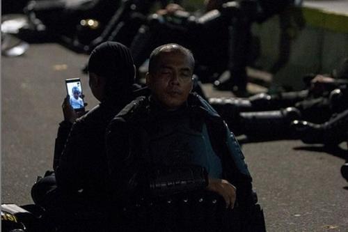polisi capek di aksi 22 mei