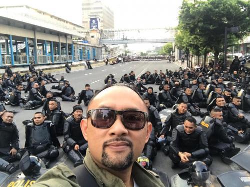 Ronal Surapradja saat selfie dengan aparat keamanan di aksi 22 Mei